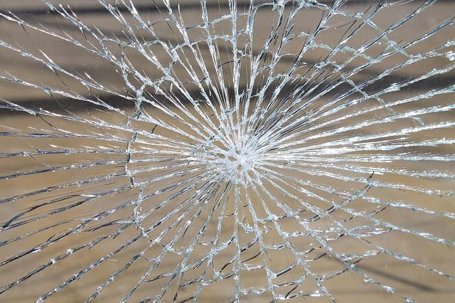 razbita steklena vrata